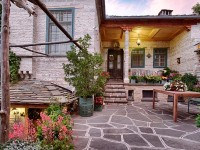 The yard of Thucydides Guest House in Kapesovo - Epirus