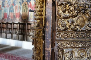 "The chancel screen, pulpit and high altar of St. George in Negades, Zagorohoria, were carved out of wood and dressed with gold sheet by the ""taliadouroi"" [cutters, wood craftsmen]"