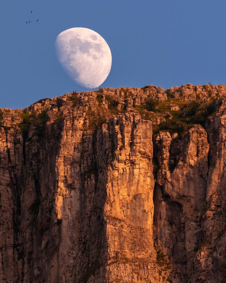 Moon rising behind Papigo towers | Alexandros Malapetsas