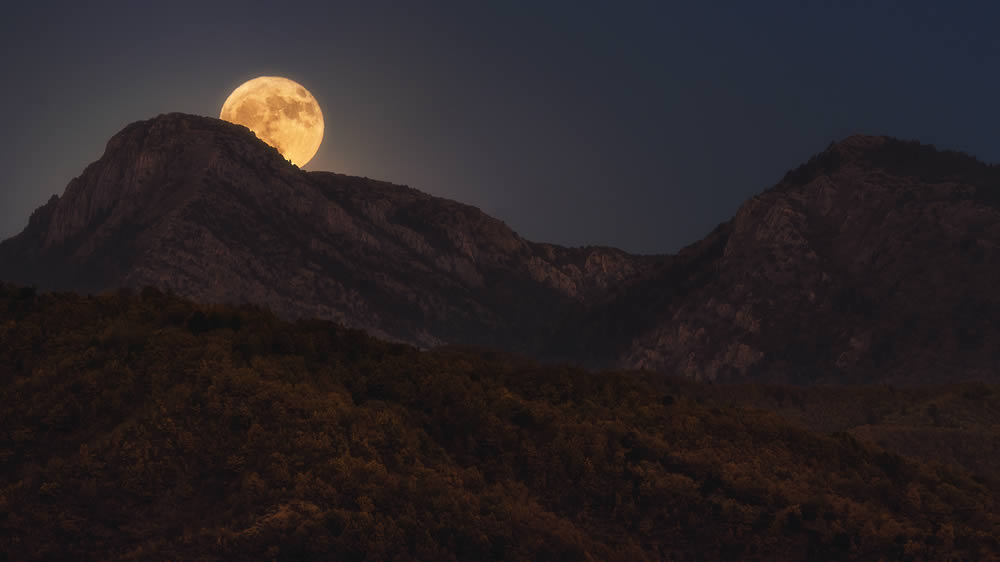 Moon rises behind two peaks in the National Park of Vikos-Aoos | Alexandros Malapetsas